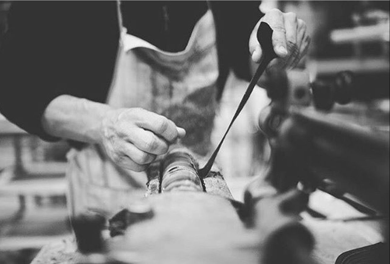 Confeccionadas a mano, las auténticas abarcas menorquinas en
