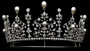 the gorgeous diamond and pearl tiara worn by the Lady in the previous pin. Featuring several large diamond foliate motifs, each incorporating a button pearl and topped with a pear-shaped pearl, with smaller diamond spacers