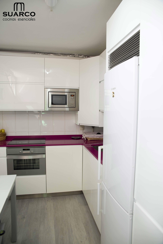 Cocina Moderna Blanca De 7m2 Sin Tiradores Con Encimera De Silestone Y Forma De L Fabrica De Cocinas Cocinas Blancas Modernas Encimeras