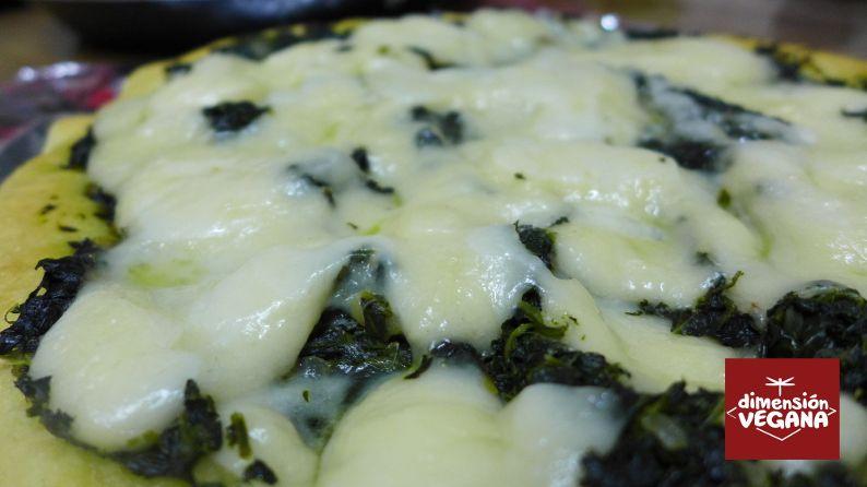 Pizzas de espinacas con queso y tomate con anchoas veganas