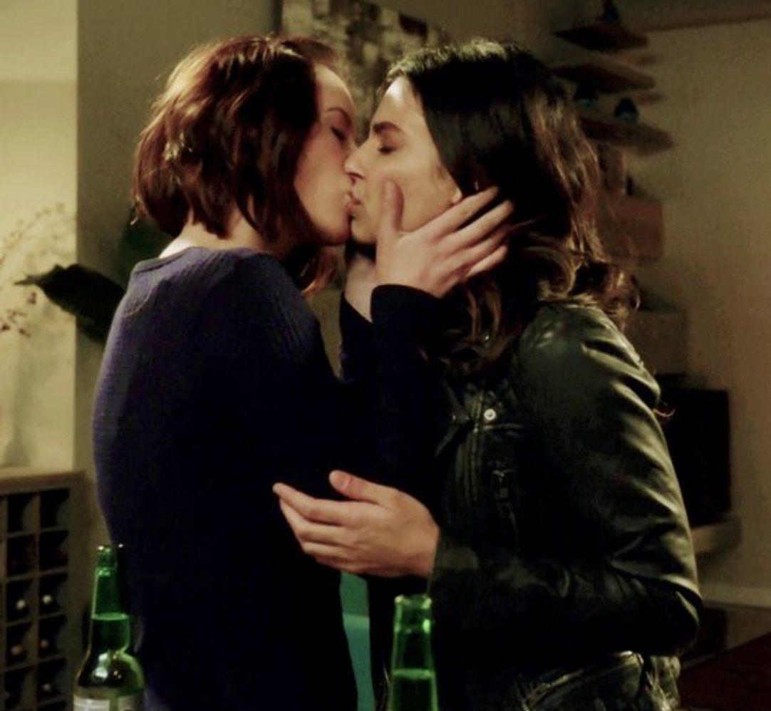 Resultado de imagem para kiss gay supergirl series