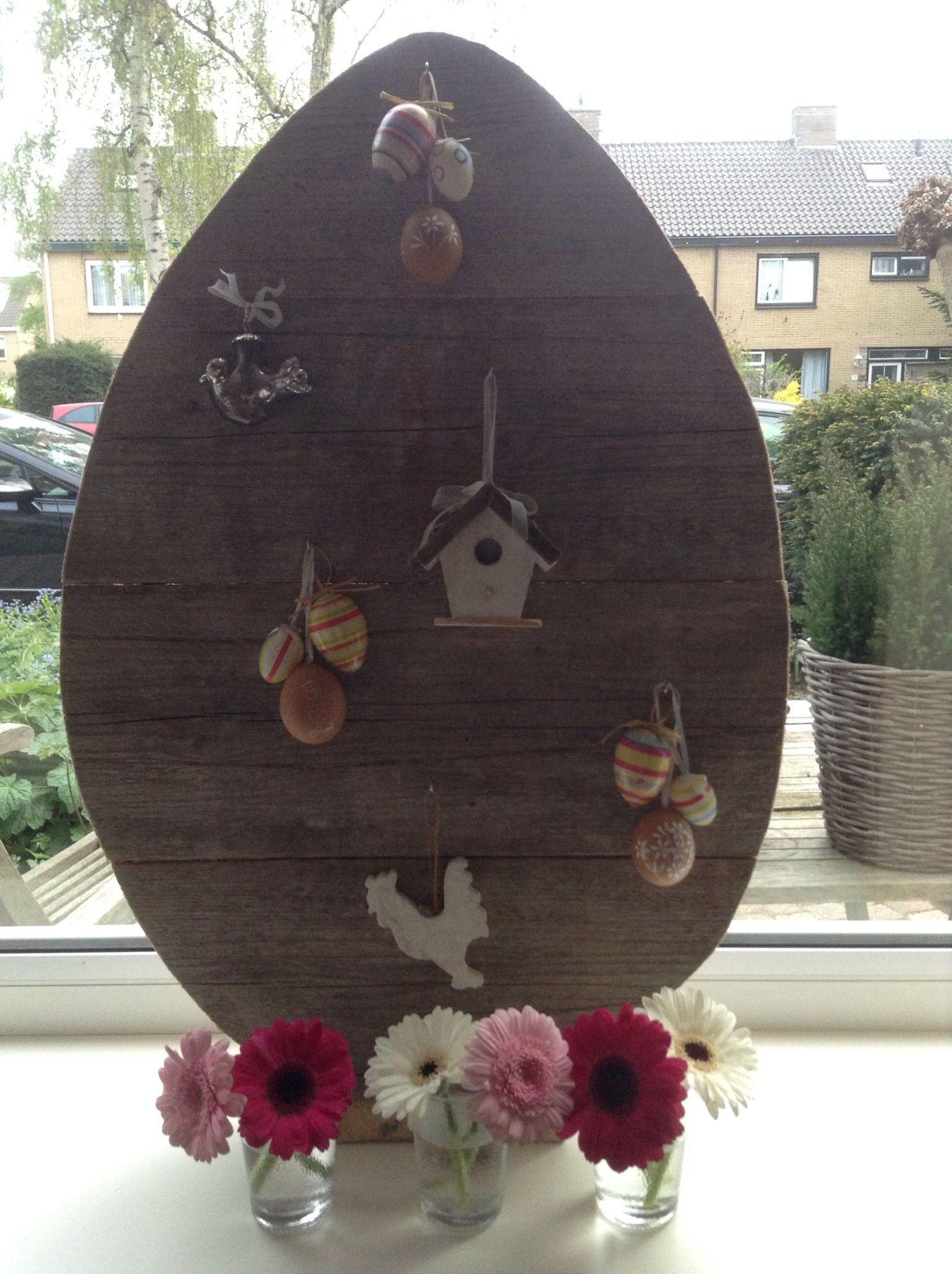 Paasei van steigerhout. Fleurige raamdecoratie aan  twee zijden.