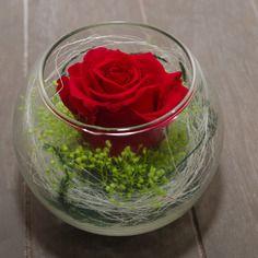vase en verre boule garni d 39 un bouton de rose stabilis. Black Bedroom Furniture Sets. Home Design Ideas