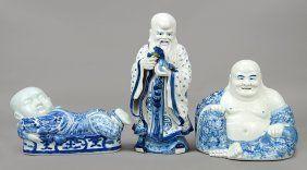 Una china azul y blanco de porcelana Buda sentado.