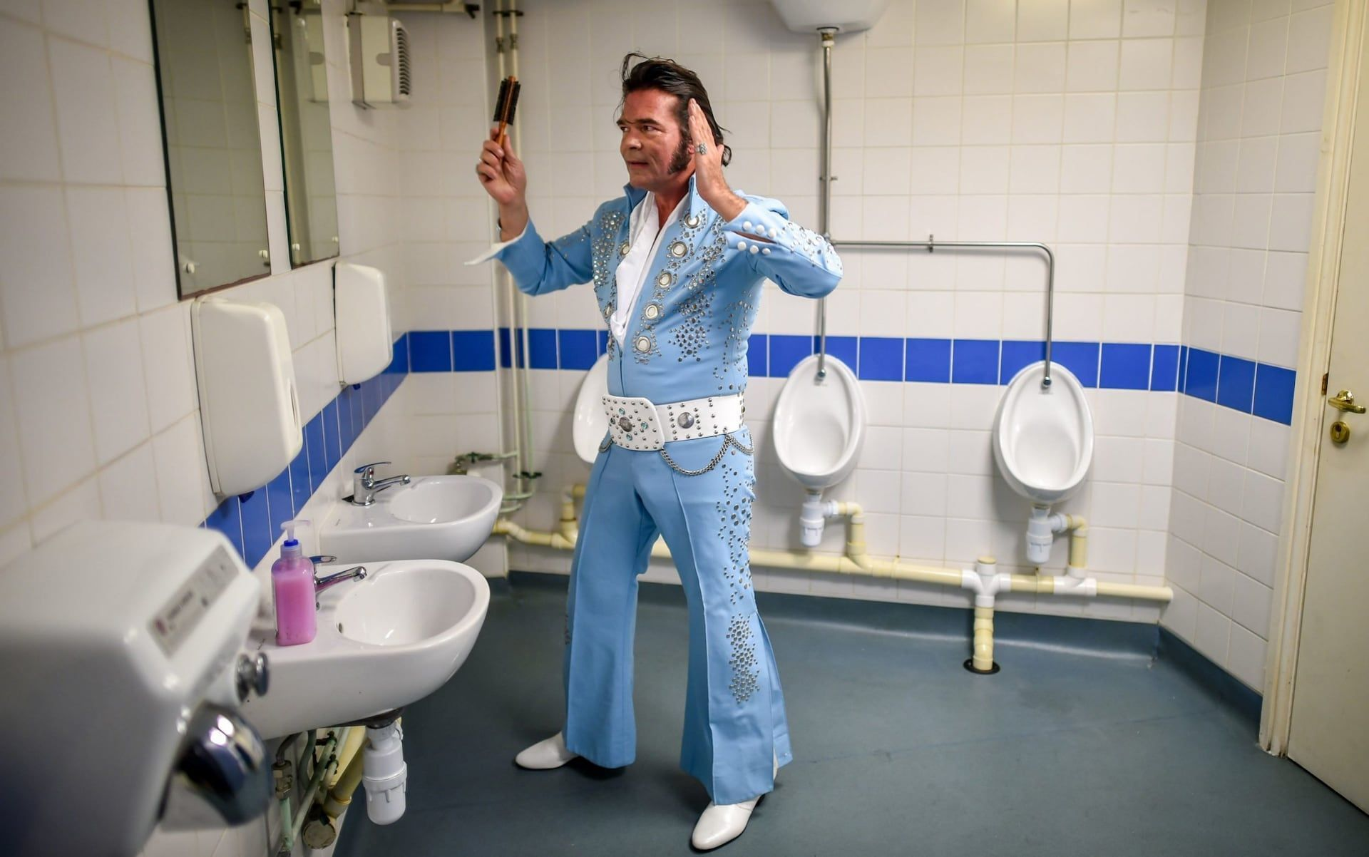 Pavillion Garten Garten Pavillion Garten Garden Garten Pavillion Garten Garten Garten An Elvis Finalises His Hair Inside The Toilets In The Grand Pavillion 2020