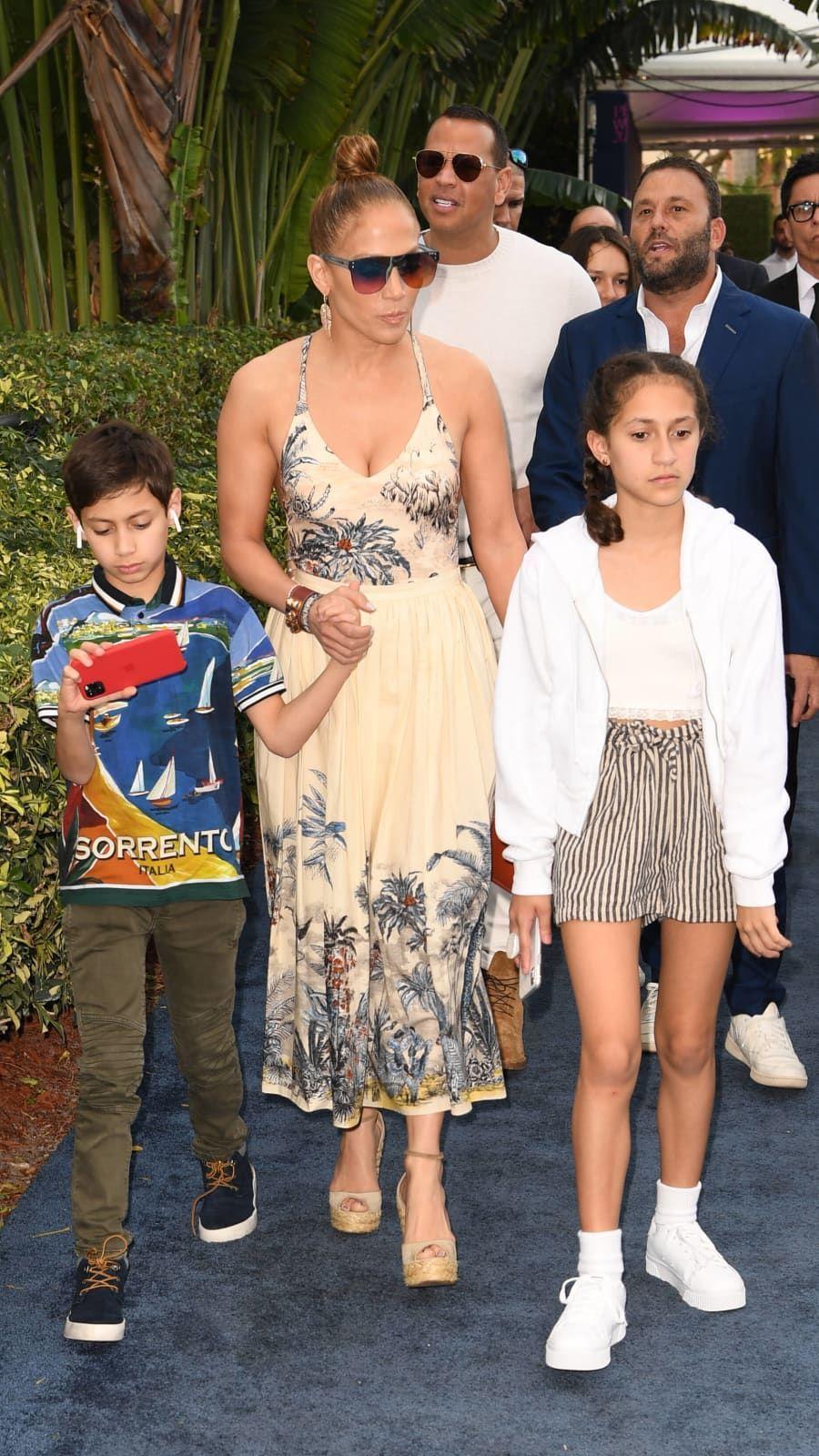 Jennifer Lopez With Her Twins Max And Emme In Florida In January 2020 In 2020 Jennifer Lopez Kids Celebrity Kids Fashion Jennifer Lopez