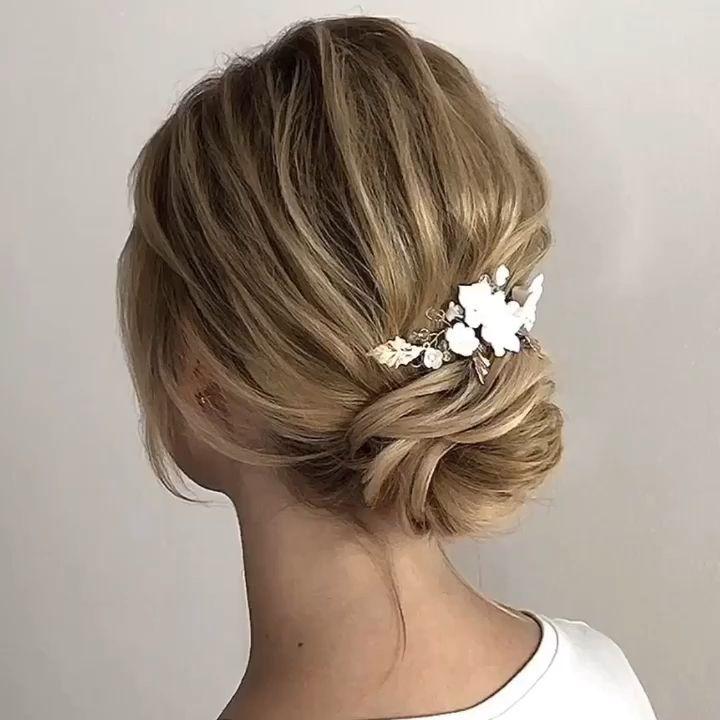 15 Best Bridal Hairstyles For Every Length: Weddinghair Chignon Mit Haarschmuck