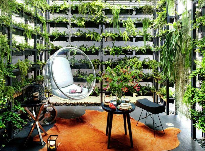 Schaukel wohnzimmer ~ Moderne schaukel im wohnzimmer von vertikalen bepflanzung umgeben