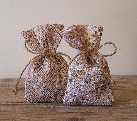 5f6cad4de Hermosas ideas de estilo Rústico - Todo Bonito. bolsas para regalos  pequeños o como adorno navideño. bolsitas rusticas arpillera con lunares  /encaje