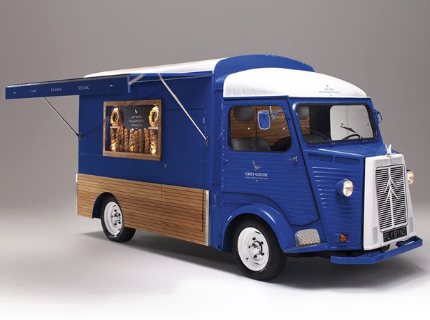 At first sight, you probably think this Camionnette is a just ordinary delivery van, well, guess what, it's actually world's most intimate Martini Bar.