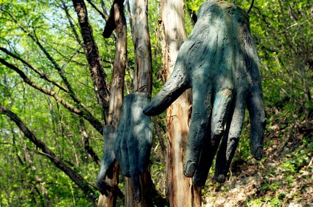 """MANI DIVINE Severino Morlin, 2006 – Bronzo Le mani parlano diceva Quintiliano: con le mani si prega, si lavora, si dona, si protegge, si supplica, si benedice,si costruisce, si crea. Le mani sono una delle parti del corpo più """"espressive"""", attraverso le quali manifestiamo la nostra forza creativa, artistica, spirituale. Le mani che in questa opera di Severino Morlin rappresenta in diverse posture, denotano forza, creatività."""