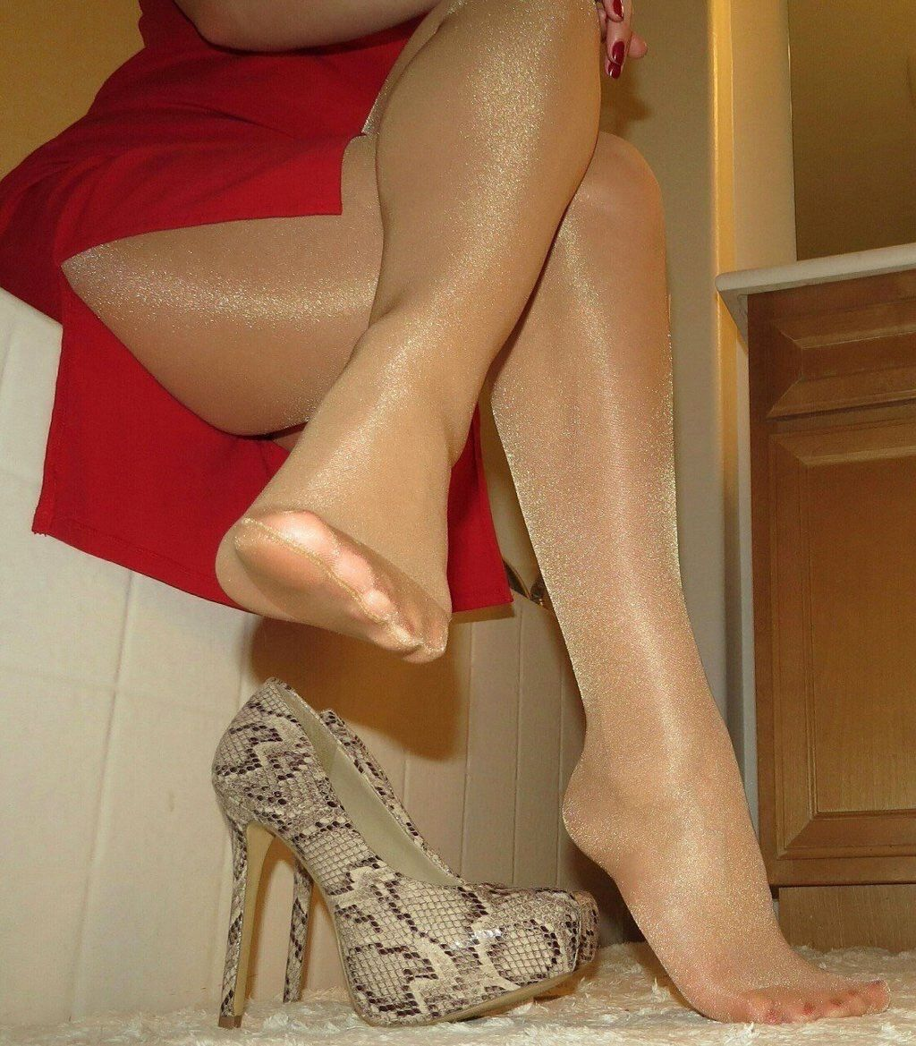 Damn cute Feet in pantyhose kindly