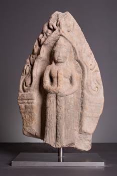 CAMBODGE Art KHMER, période angkorienne (9e - début 15e siècles) STYLE BAPHUON (1010-1080) Fin 11e siècle, c. 1075 Dvarapala antéfixe Antefixe en grès, Dvarapala, gardien de portes, debout les jambes et les mins jointes, tenant une massue.  Dimensions :  o Hauteur : 42 cm o Largeur : 30 cm o Profondeur : 16 cm