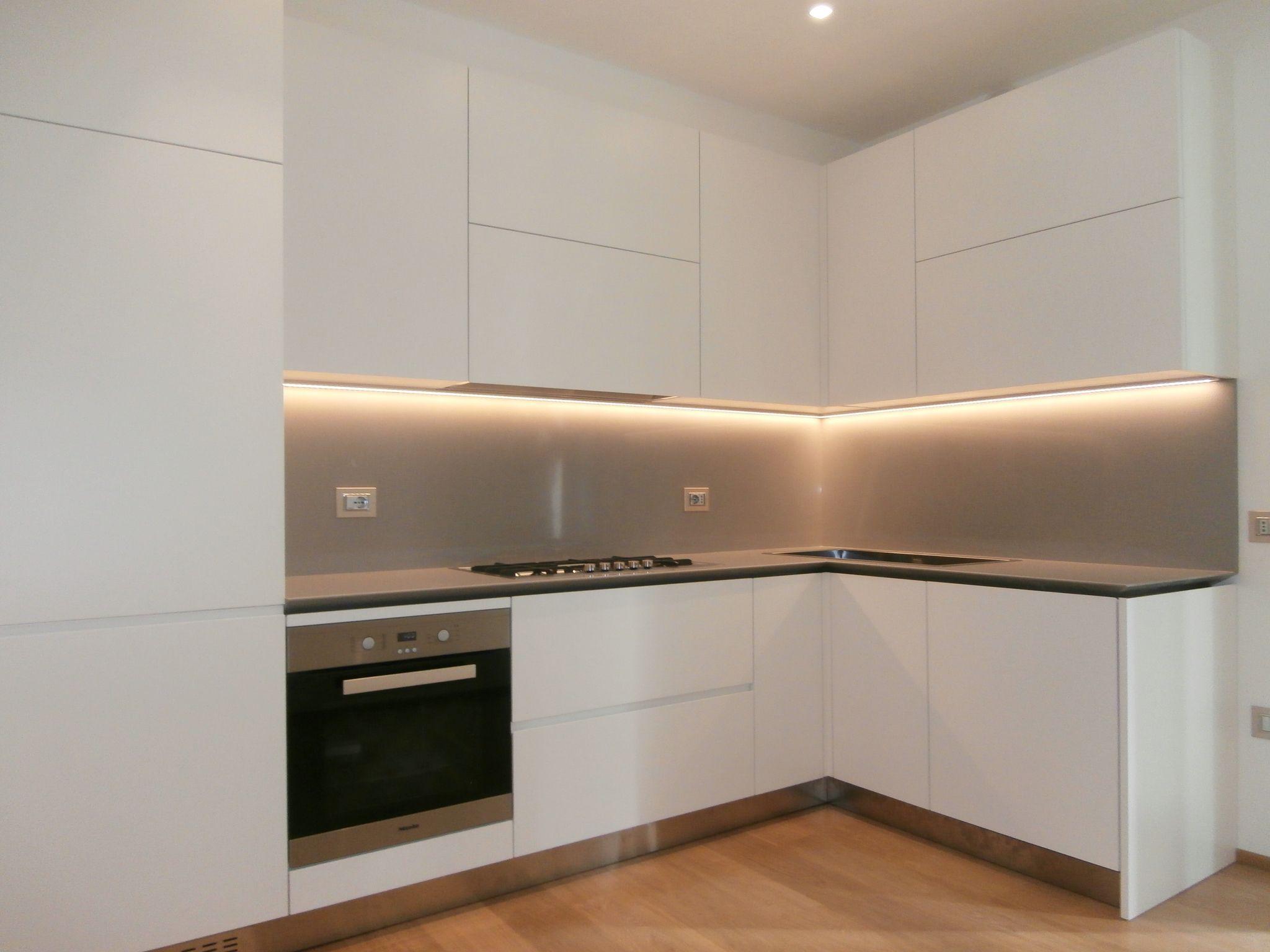 Cucina moderna senza maniglia, laccata opaca avorio, con piano di ...