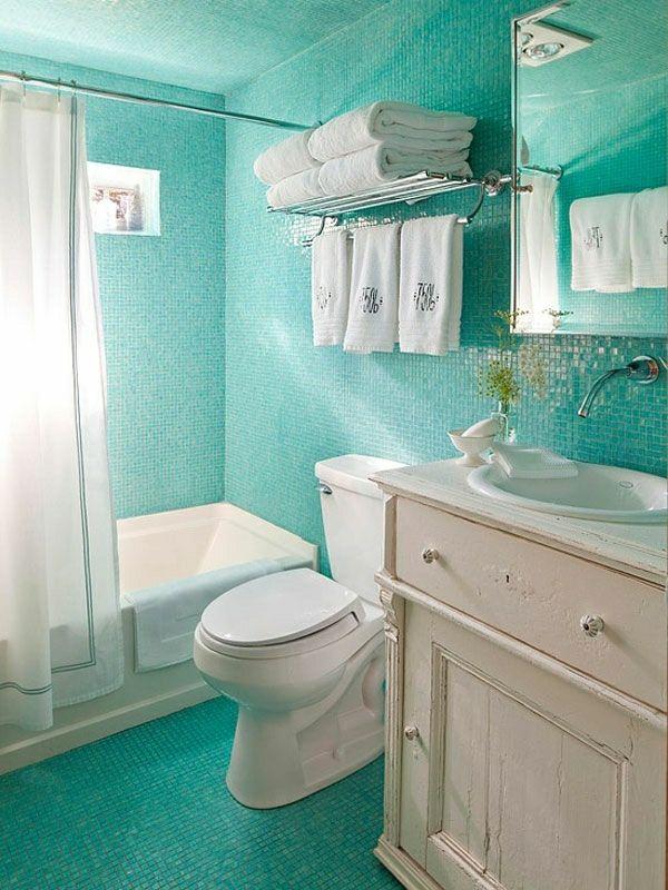 Kleines Badezimmer Mit Fliesen In Turkis Farbe Und Weissem Schrank Badezimmer Klein Badezimmer Design Kleine Badezimmer Design