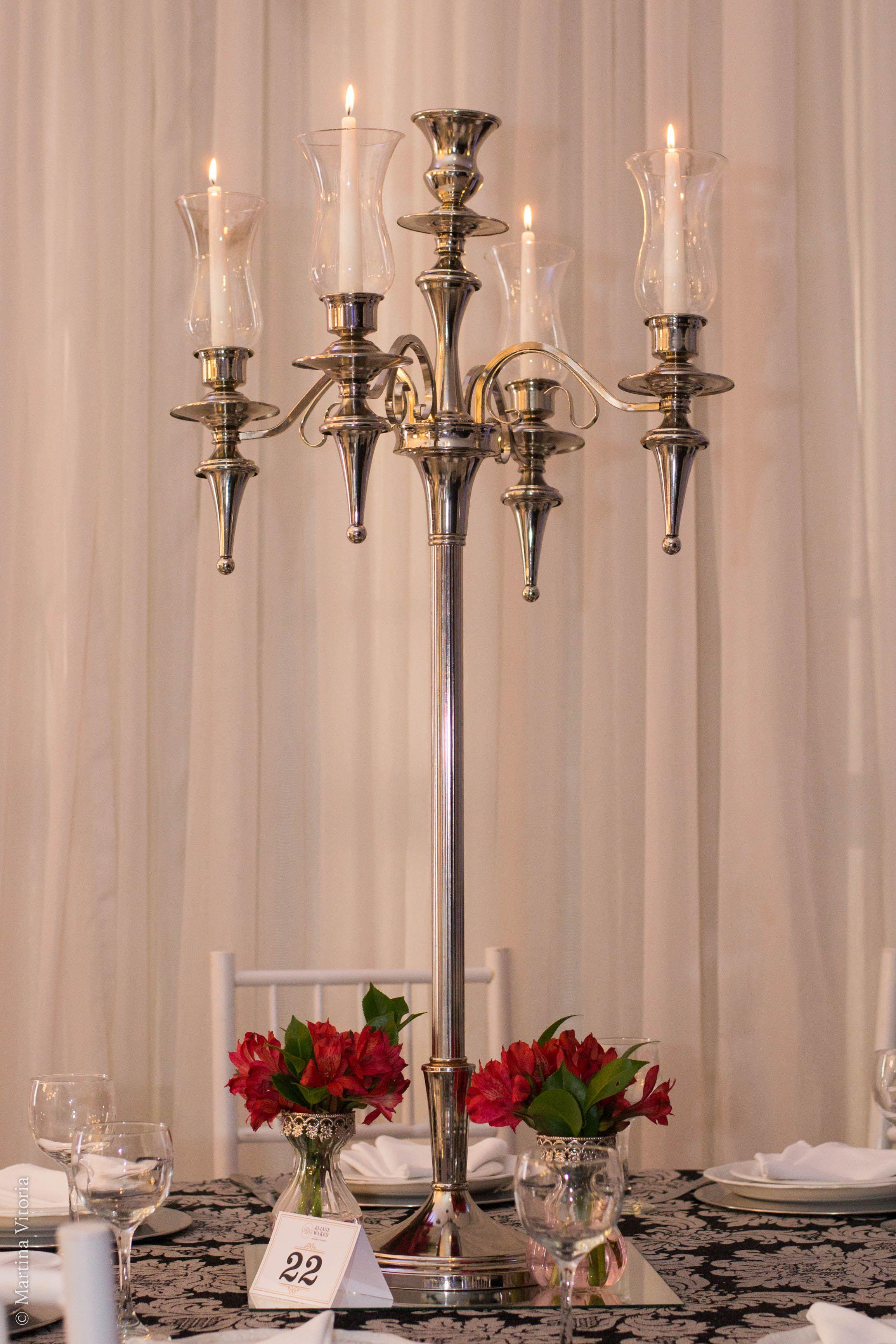 Candelabro Prata Com Velas E Flores Vermelhas Para Mesa Dos Convidados Em Decoracao De 15 Anos Decoracao 15 Anos Decoracao Vermelha Decoracao