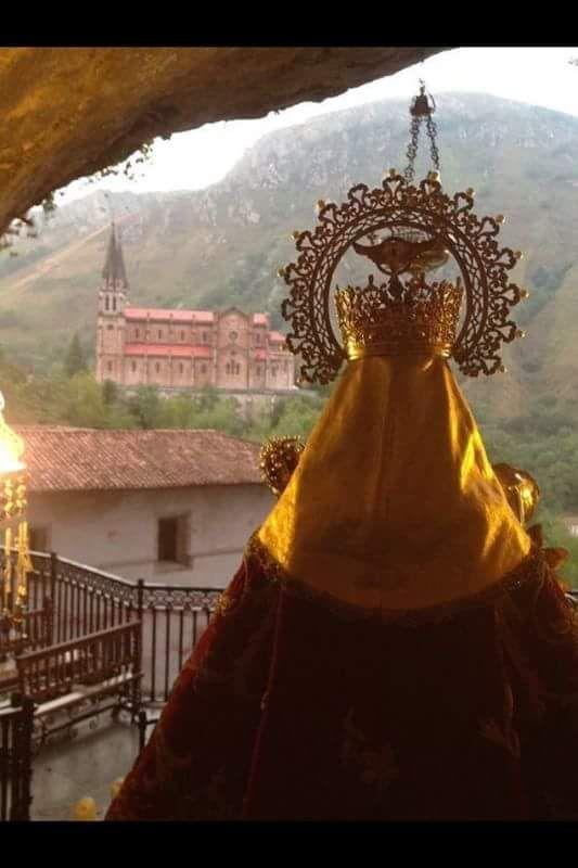 La Santina Desde La Cueva Mirando A La Basilica De Cobadonga Virgen De Covadonga Covadonga Asturias España