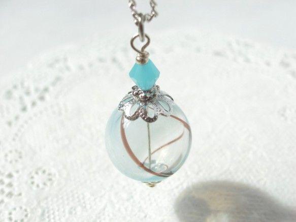 夏祭りのヨーヨーの様な水色と透明の吹きガラスビーズ 小玉 Creema