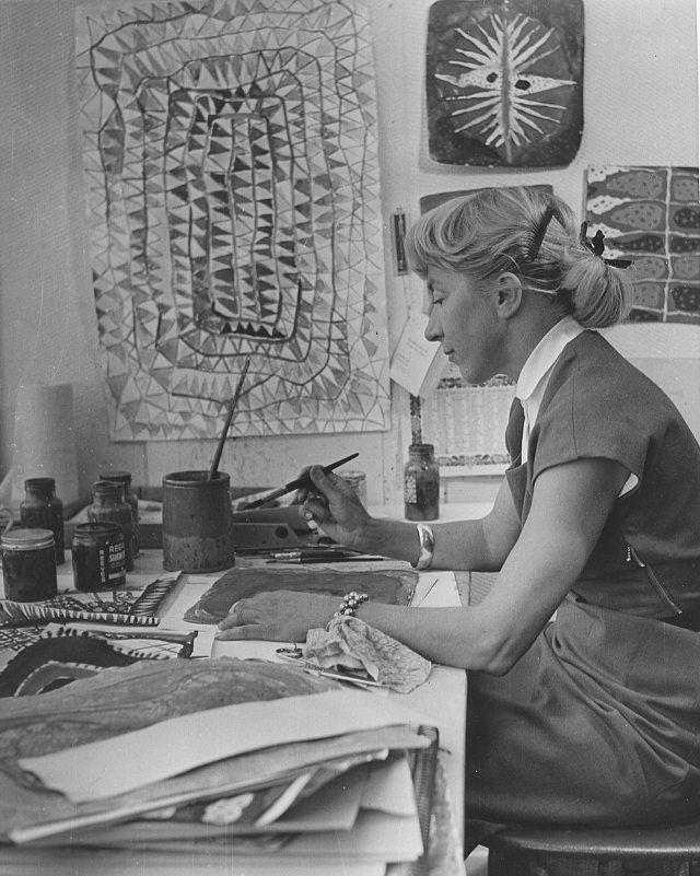 Ett foto av den eminenta Viola Gråsten vid sitt skrivbord, troligen från 1958. Foto taget av: Hovfotograf Olmén. #violagråsten #queengråsten #swedishdesign #textiledesign #workdesk #hovfotografolmen