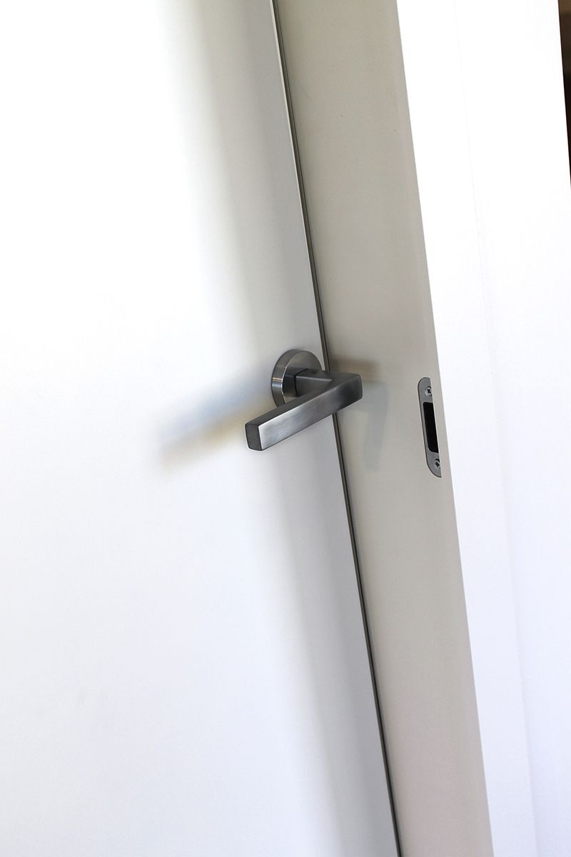 porte blanc et pur chambranle align s ouverture inverse avec des charni res invisibles. Black Bedroom Furniture Sets. Home Design Ideas