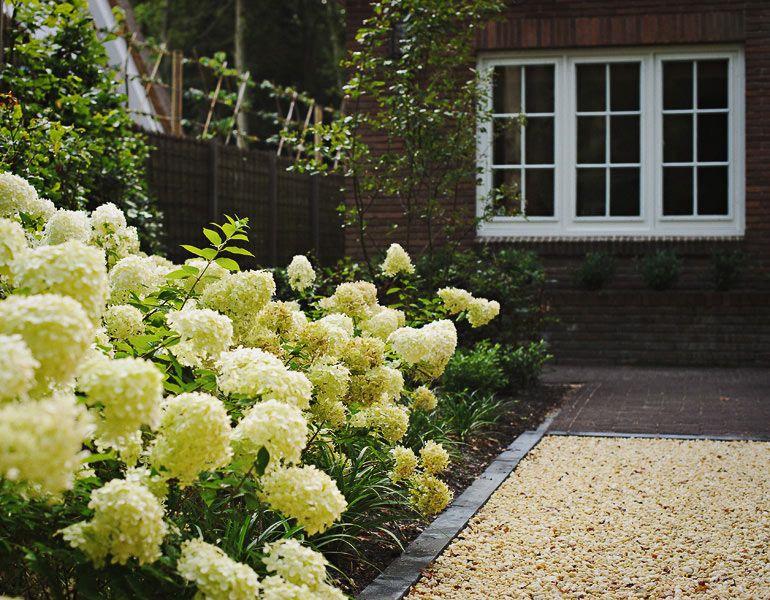 Tijdloze tuin entree met ruime parkeerplaats van grind exterior ideas pinterest gardens - Eigentijdse landscaping ...