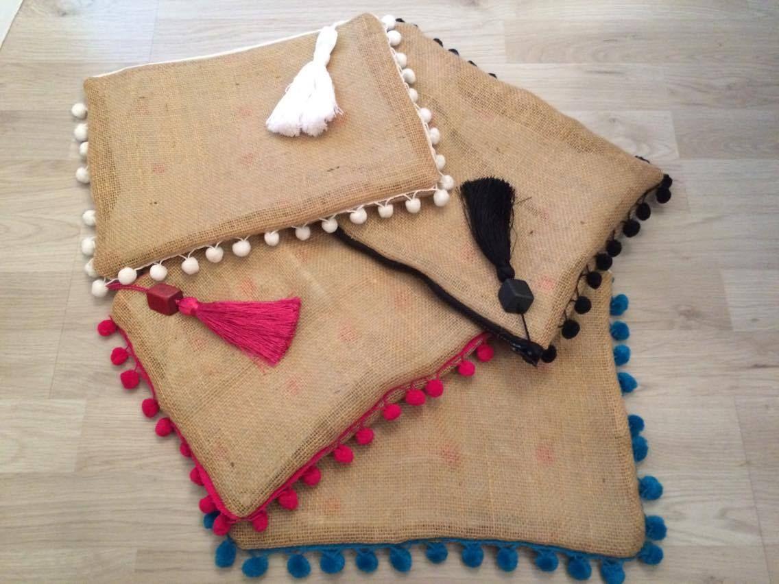 Hand made burlap clutch different pompoms colors - Sacos de esparto ...