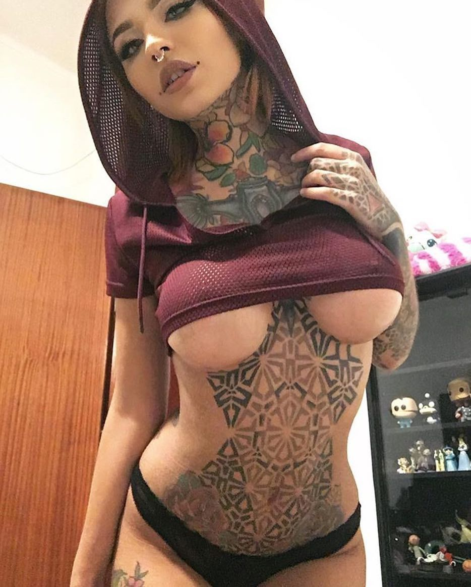 Tattooed babe likes realy hard in the ass