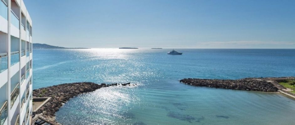 Vue d'une terrasse sur la mer méditerranée.
