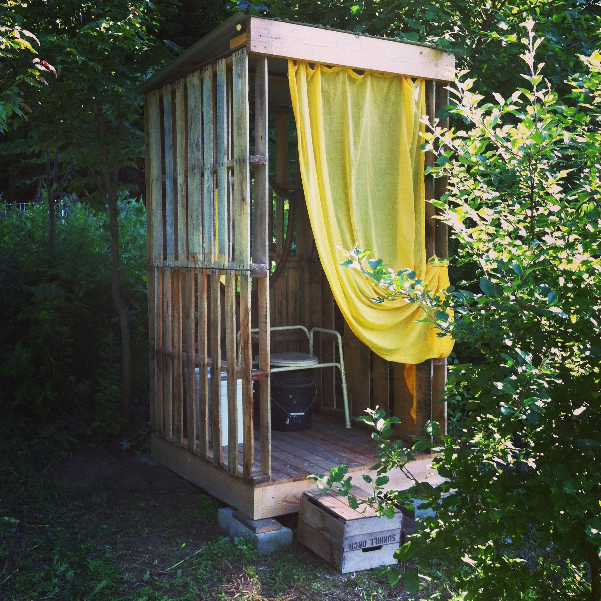 Pallet Outhouse - See-through & Well Ventilated