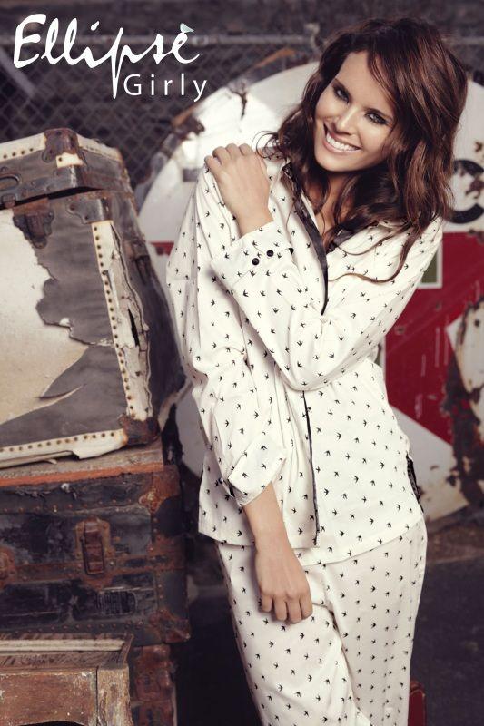 2-teiliger Pyjama aus Baumwolle. Lange Ärmel und lange Hose in elfenbein mit kleinen schwarzen Vögelchen bedruckt. Andere Ansicht