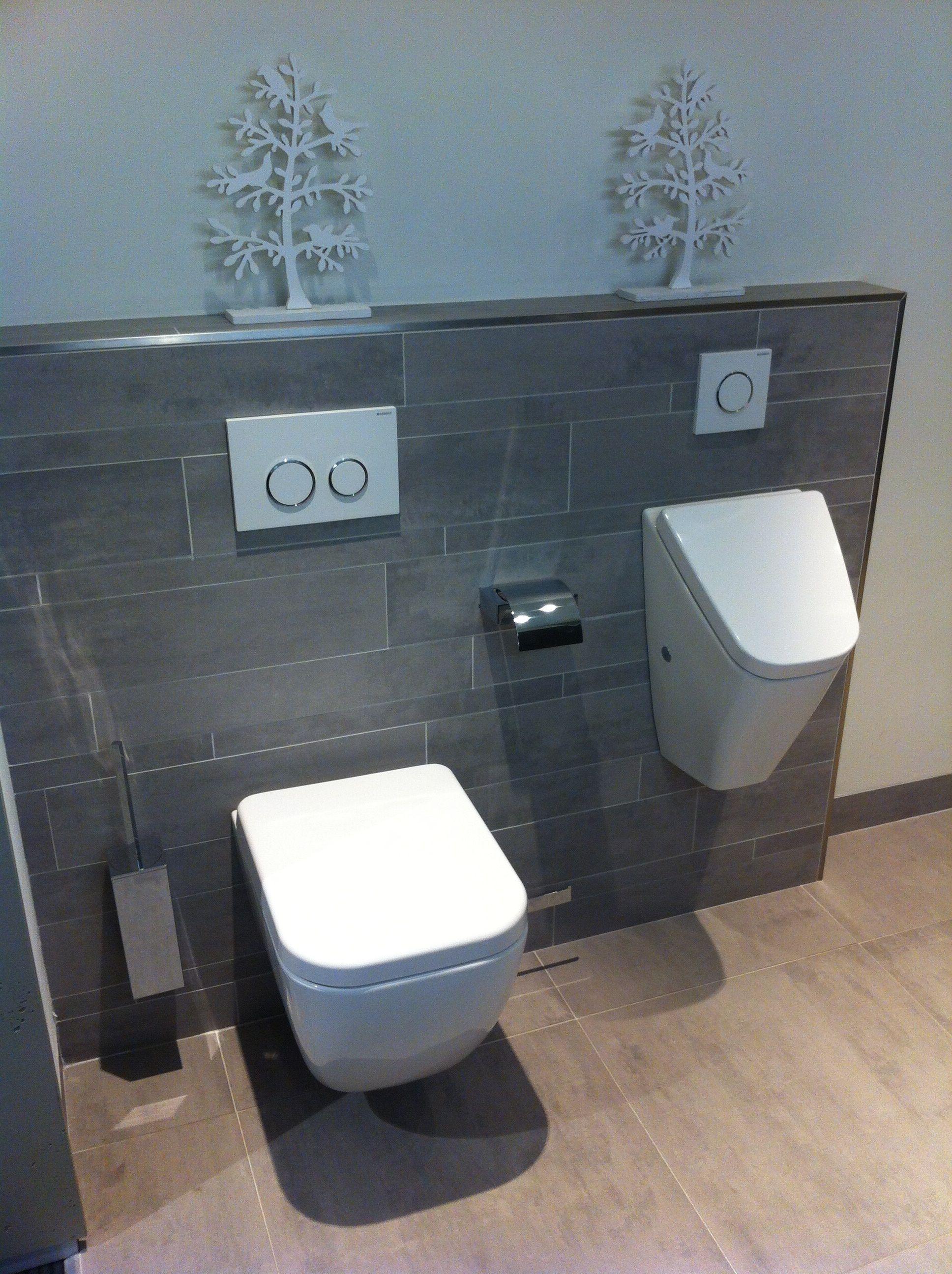 Wandtoilet en urinoir met stroken tegels op achterwand in dezelfde ...