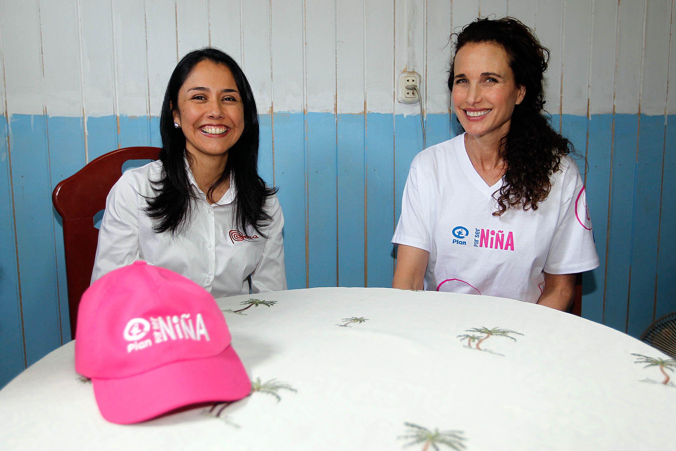 """La primera Dama de Perú, Nadine Heredia con la churra actriz de """"Cuatro bodas y un funeral"""", Andy McDowell en un evento por el día de la niña en las afueras de Lima. (2)"""