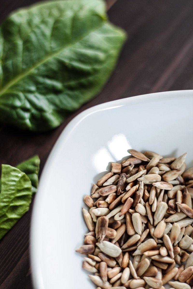 Spinat Rezept: Spinatsuppe mit Brokkoli und Zucchini Grüner wird es nicht mehr als mit dieser veganen Spinatsuppe mit Brokkoli und gerösteten Kernen! Mein ultragrünes Spinat Rezept für kalte Tage!