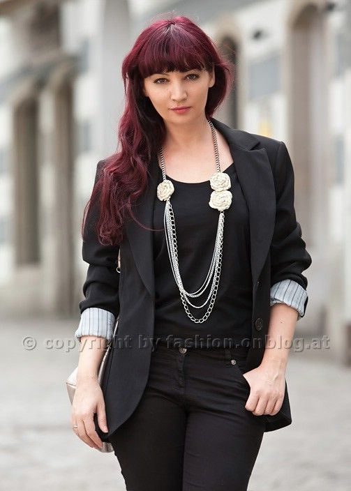 Schwarze Outfits mit Accessoires aufpeppen