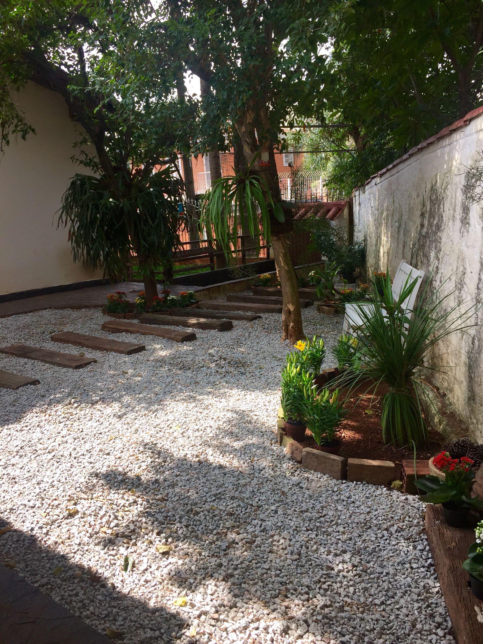 Jardim com britas hortas e jardim Pinterest Jardins, Jardinagem e Quintal -> Decoração De Jardins Com Pedras E Flores