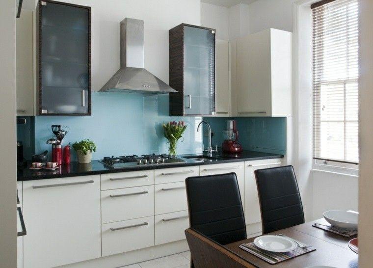muebles blancos y pared azul en la pared de la cocina moderna ...
