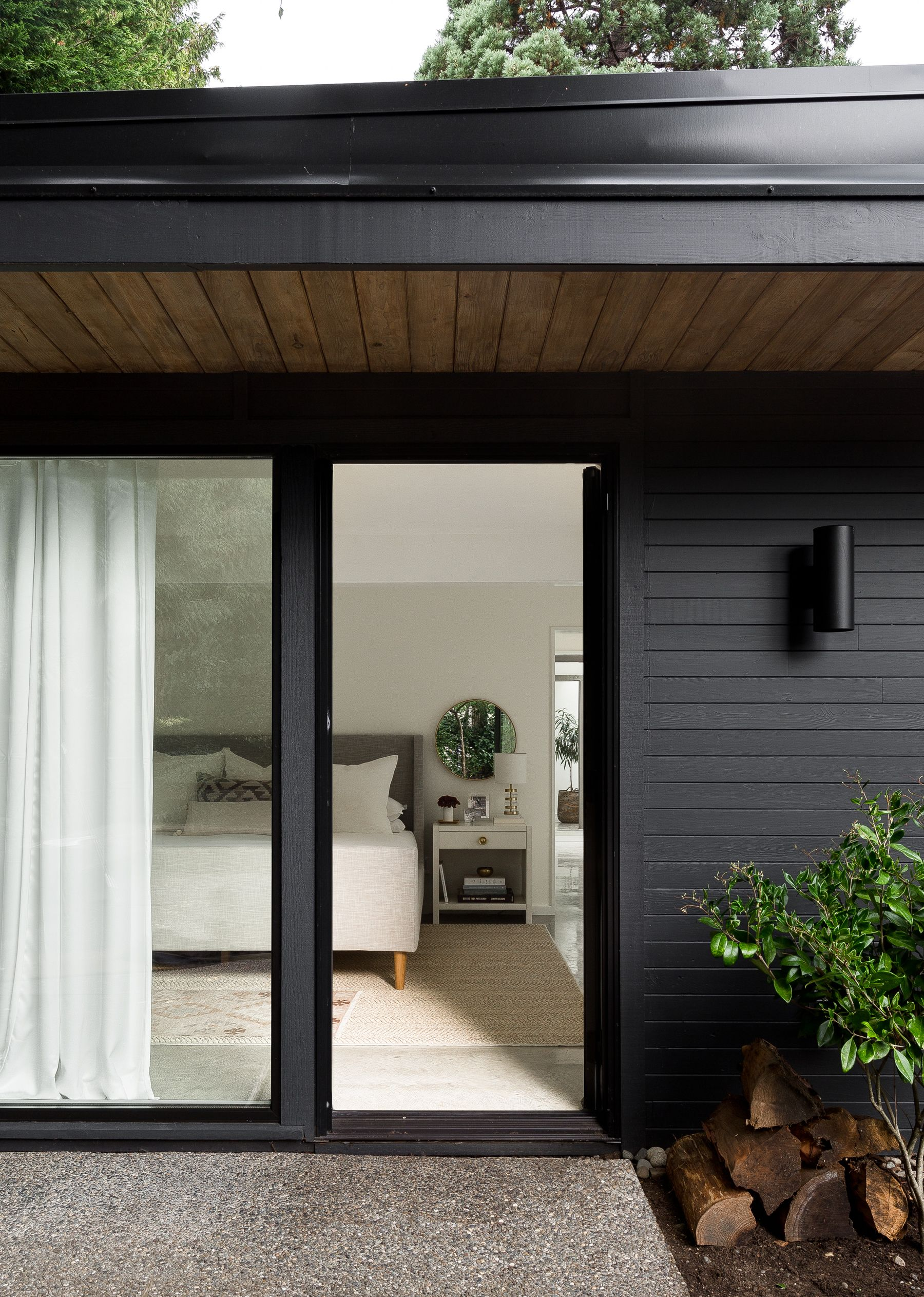 Photo 11 Of 17 In A 1957 Midcentury In Seattle Receives A Striking Black House Exterior House Exterior Modern Renovation