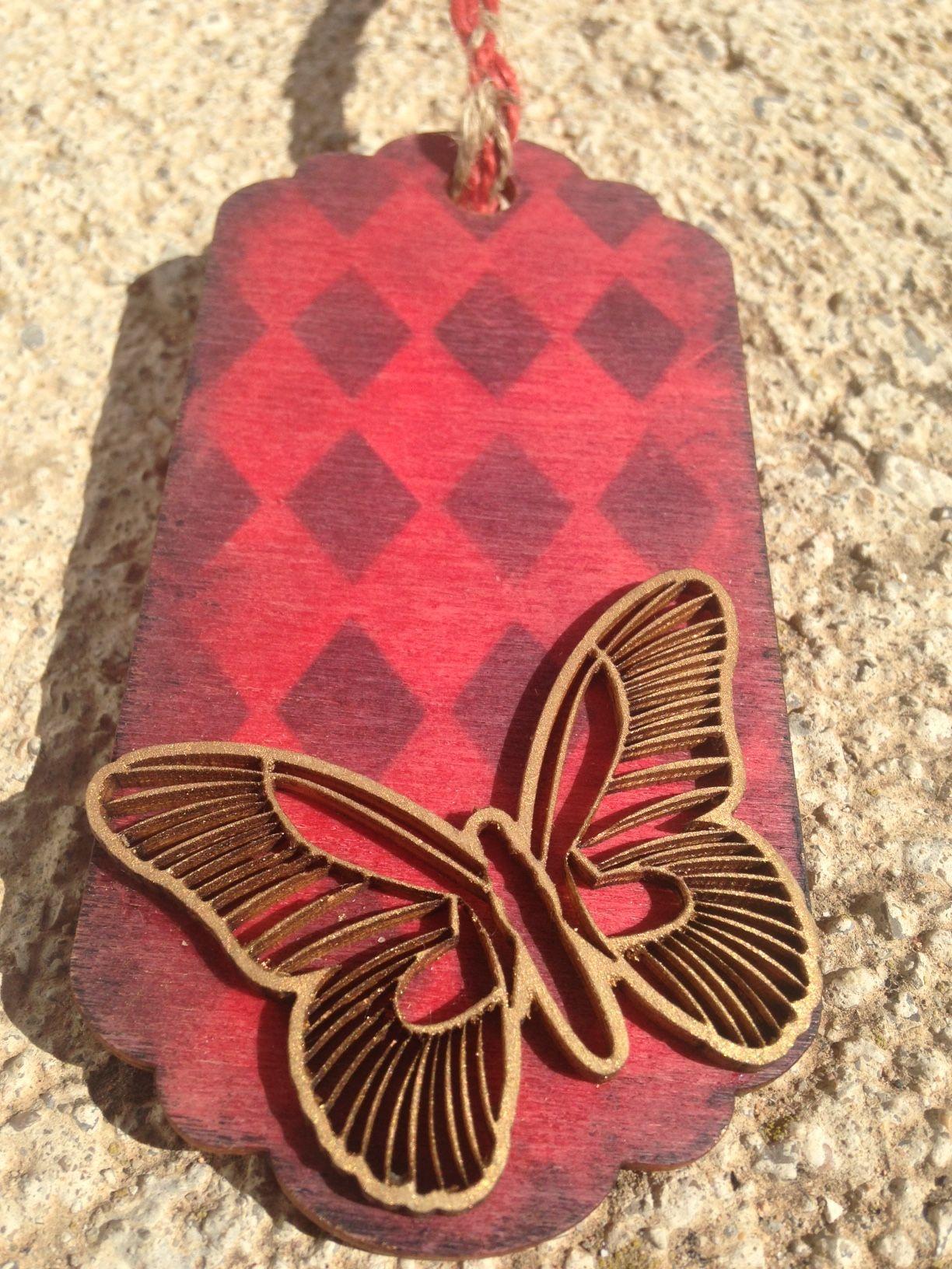Tag de madera decorado con pinturas Markal y una silueta de mariposa