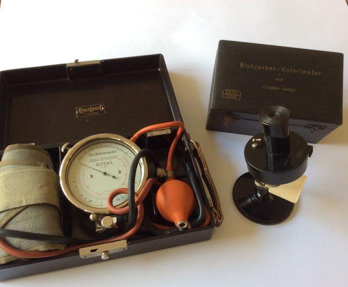 Bakalieten Blutzucker/ Kolorimeter.  en  Bloeddrukmeter ( Sphygmomanometer nach Dr. H.von Recklinghausen ) 19 e eeuw in. Bakaliete doos, plusminus  1931 - 1948