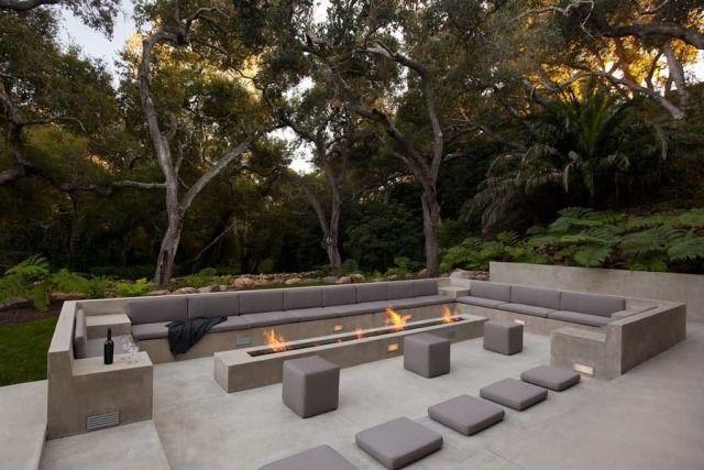 Wohlfühlgestaltung im Garten-überdimensionales Sofa aus Beton-Gas