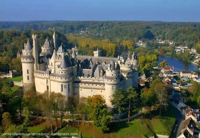Watch: Castle (Chateau) of Pierrefonds - Pierrefonds, Oise, France http://destinations-for-travelers.blogspot.com.br/2013/11/castelo-de-pierrefonds-em-pierrefonds-villers-cotterets-oise-franca.html