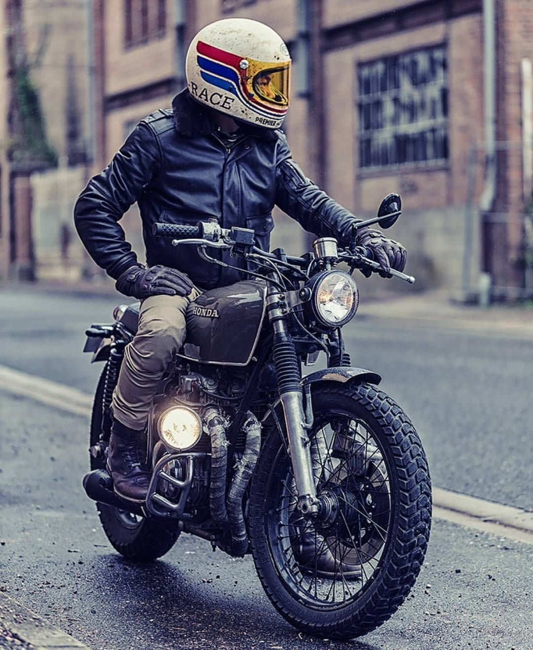 9 538 Likes 58 Comments Cafe Racers Customs Bikes Kaferacers On Instagram We Are Loving This Build From Roa Motorcycles クラシックバイク レトロバイク ヘルメット ペイント