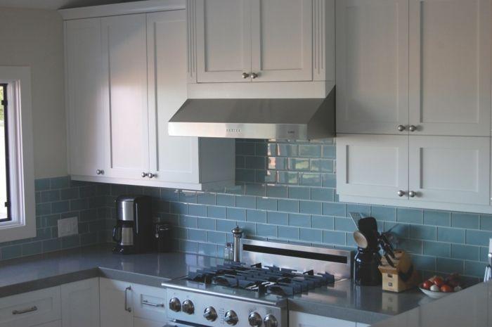 Blaue Fliesen   Weiße Küche.