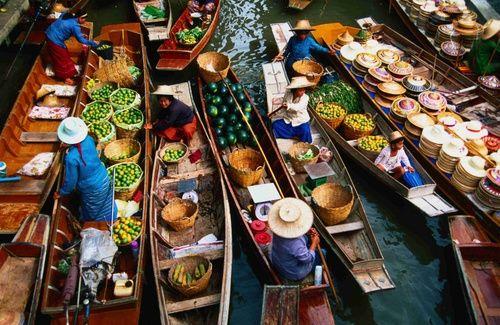 Taling Chan Floating Market si trova sul canale Khlong Chak Phra. E' aperto solo nei fine settimana e prodotti come frutta e verdura, così come il pesce sono venduti dalle barche. L'idea del mercato galleggiante è stato avviato da Chamlong Srimuang nel 1987 per onorare il 60° compleanno del re Bhumibol.