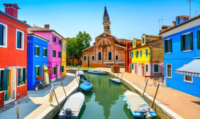 Burano,case colorate sul canale.
