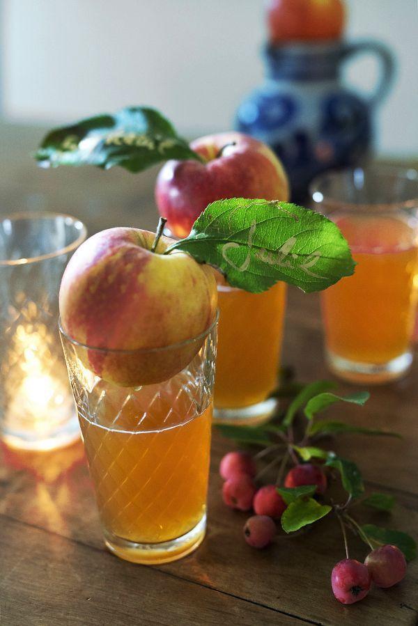 hessisches äppel-dinner unter`m apfelkranz #herbstlichetischdeko Platzkarte für die herbstliche Tischdeko: Einfach den Gastnamen mit goldenem Stift auf das Apfelblatt schreiben und den Apfel auf das Glas setzen. Wunderschöne Apfeldeko! #apfeldeko #platzkarte #tischdekomitäpfeln #wunderschoengemachtblog #herbstlichetischdeko hessisches äppel-dinner unter`m apfelkranz #herbstlichetischdeko Platzkarte für die herbstliche Tischdeko: Einfach den Gastnamen mit goldenem Stift auf das Apfelblatt s #herbstlichetischdeko