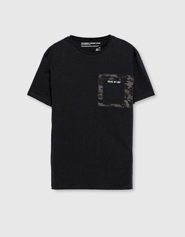 37f08c0b36 T-shirt com camuflagem e texto - Blusas - Vestuário - Homem - PULL BEAR  Portugal