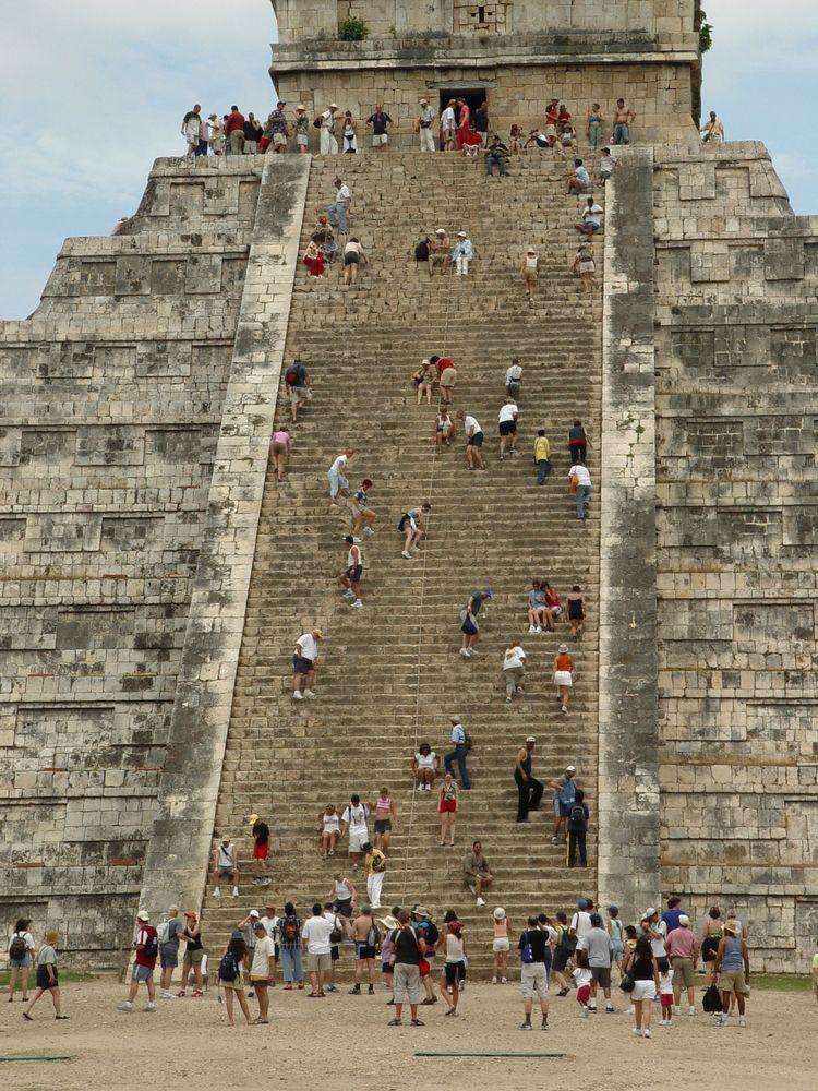 Si quieres conocer #ChichenItza a fondo, debes poner en forma tu cuerpo. Uno de los puntos obligados en el recorrido por este sitio arqueológico, es la cima del templo de #Kukulcan. http://www.bestday.com.mx/Chichen-Itza/ReservaHoteles/