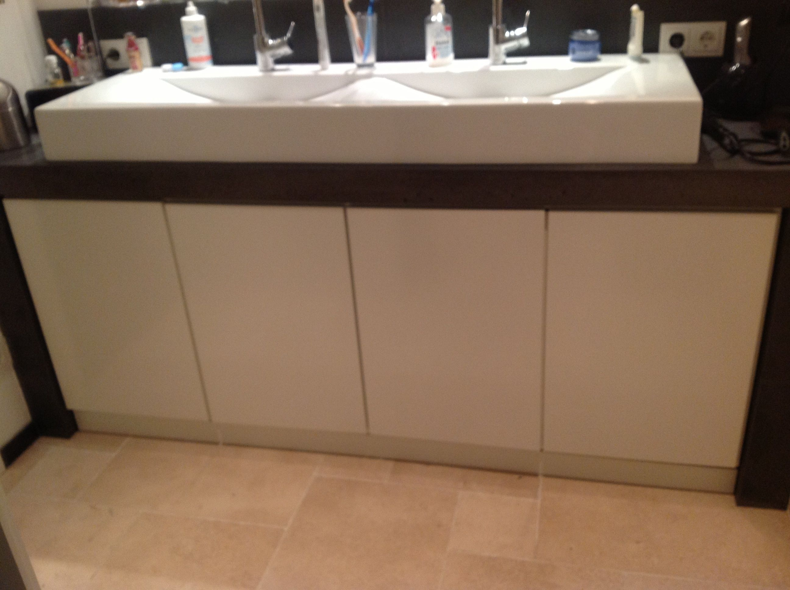 Weißer Waschtischunterschrank nach Maß mit viel Staufläche ...