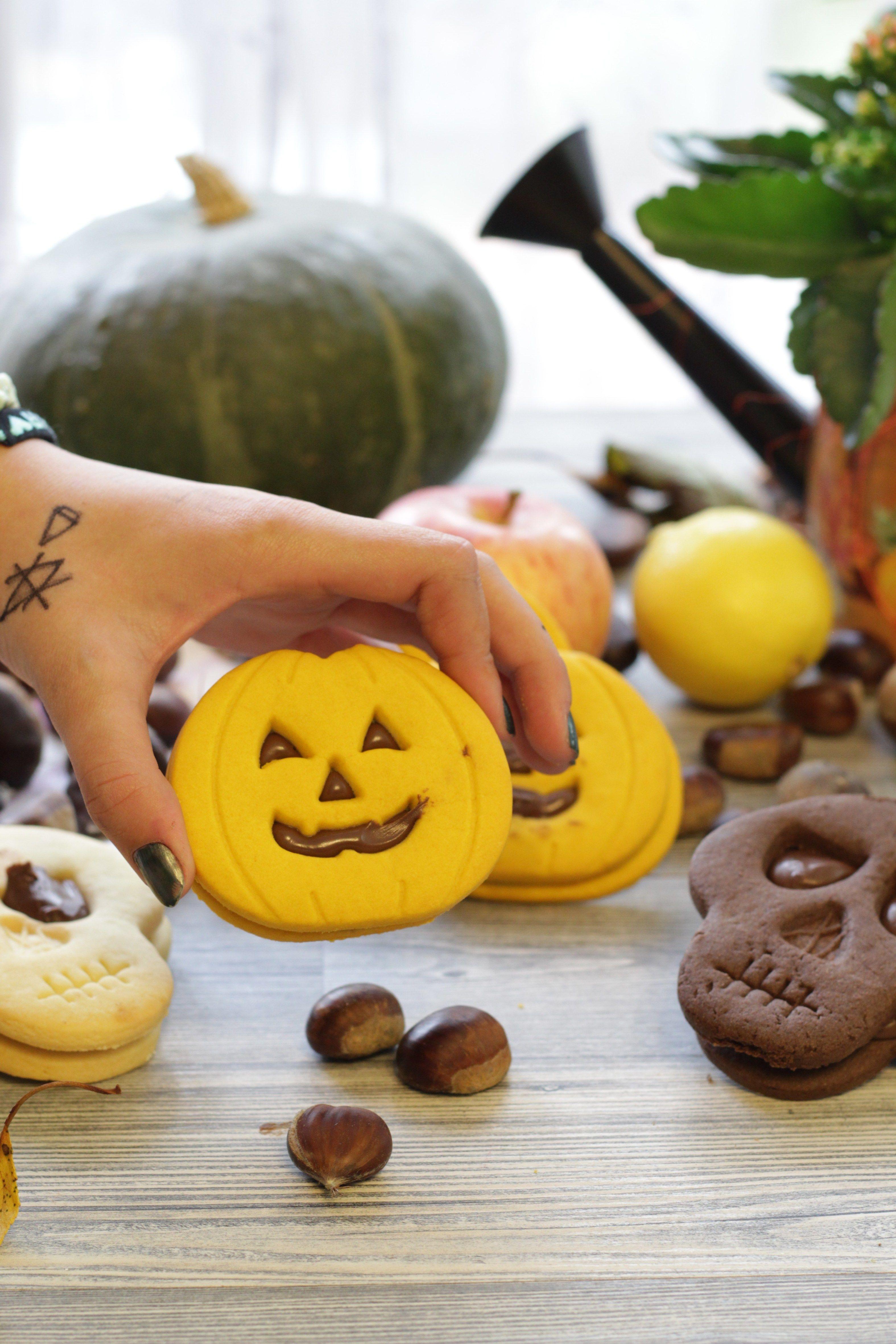 Biscotti a forma di zucca per Halloween con il cacao